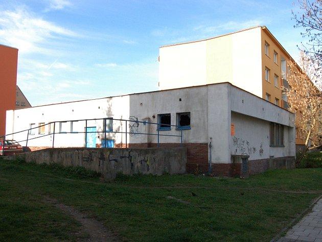 Bývalá kotelna vedle základní umělecké školy.