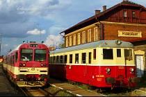 Historický vlak Doupovské dráhy (vpravo) na nádraží v Podbořanech. Ilustrační foto.