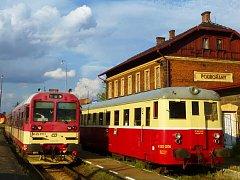 Historický vlak Doupovské dráhy (vpravo) stojí na nádraží v Podbořanech. Odtud vede Doupovská dráha přes Kaštice a Krásný Dvůr do Kadaně.