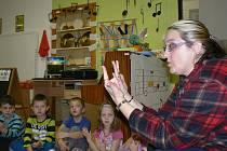 Učitelka Marcela Papežíková ve třídě předškoláků v Mateřské škole U Jezu připravuje děti  na blížící se nástup do první třídy a principy školní výuky.