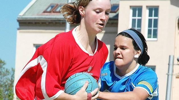 Utkání Žatce (v červeném) proti Hlinsku. Na snímku Lenka Wüstová