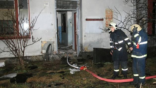 Zásah hasičů při požáru části nádraží Žatec Západ