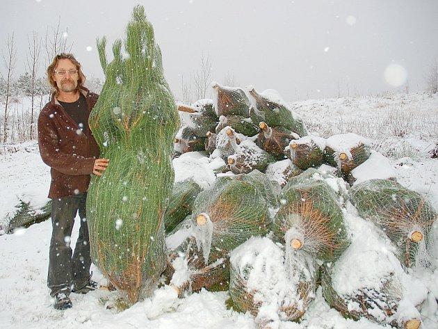 Josef Rogl připravuje borovičky v Třeskonicích krátce po čtvrtečním sněžení