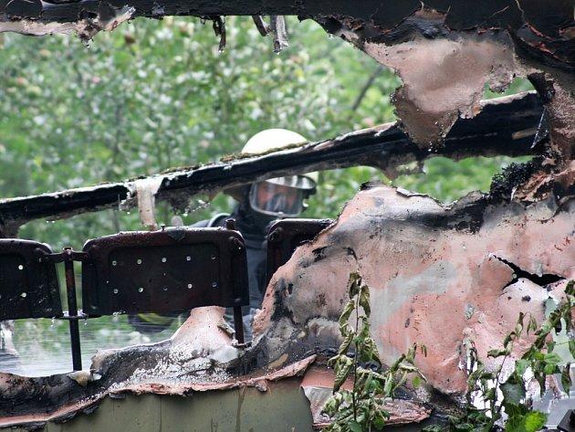 Hasiči zasahují u požáru zahradní chatky ve Velemyšlevsi.