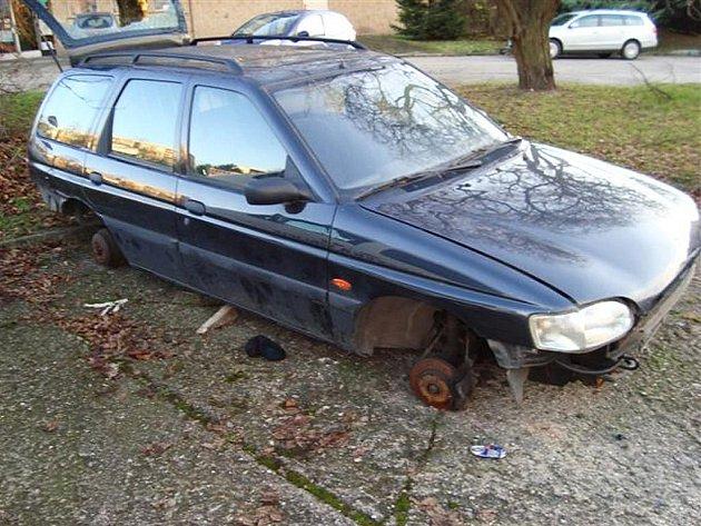 Vrak automobilu v lounské Poděbradově ulici