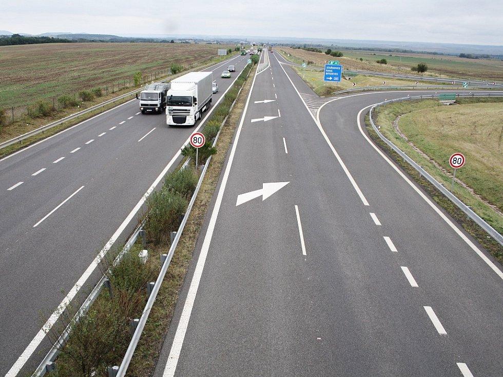 Tady dálnice zatím končí. Navazující úsek ve směru od Bítozevsi na Postoloprty se začal právě stavět.