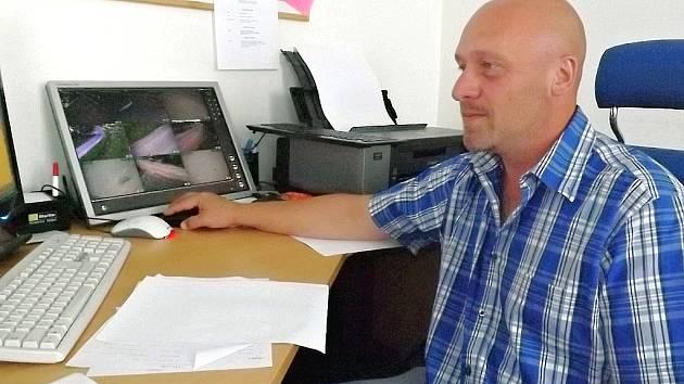 Starosta Holedeče Pavel Adamec kontroluje výstup z kamer ve své kanceláři.