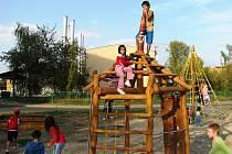 Děti si hrají na novém hřišti v Podměstí. Je jedním ze dvou, u nichž by měl přibýt plot.
