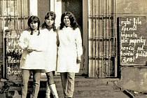 Prodavačky před obchodem v Měcholupech na záběru z roku 1968