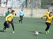 Fotbalisté Loun (ve žlutém) v předposledním přípravném utkání remizovali s divizním Mostem.