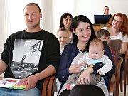 Vítání občánků na radnici v Lounech. Na snímku jsou David Slezák, Markéta Soukupová a jejich syn Samuel Slezák.