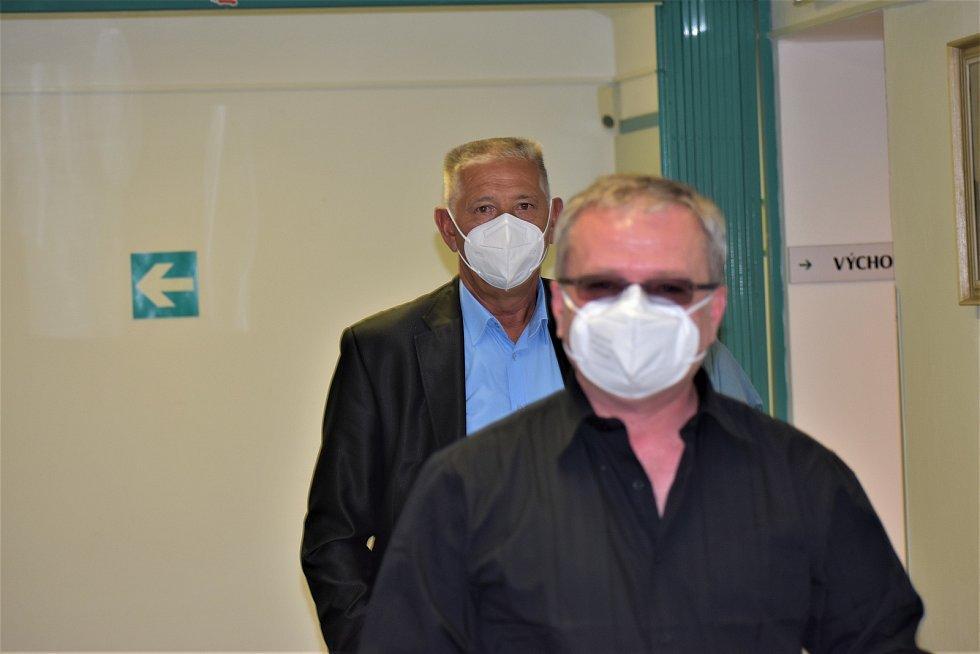 Obžalovaný advokát Jan Růžek (vzadu) s jeho obhájcem Michaelem Kisem