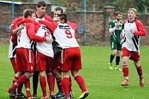 Fotbalisté Postoloprt (v červeném) se radují z gólu v utkání proti Perštejnu.
