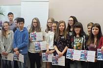 Mladí recitátoři při svém uměleckém a soutěžním setkání v prostorách Městské knihovny Louny.