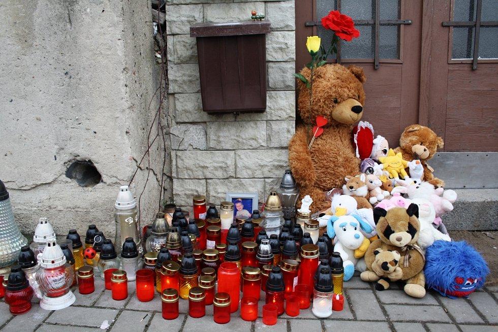 Místo před domem v lounské Husově ulici krátce poté, co se informace o tragédii dostaly na veřejnost