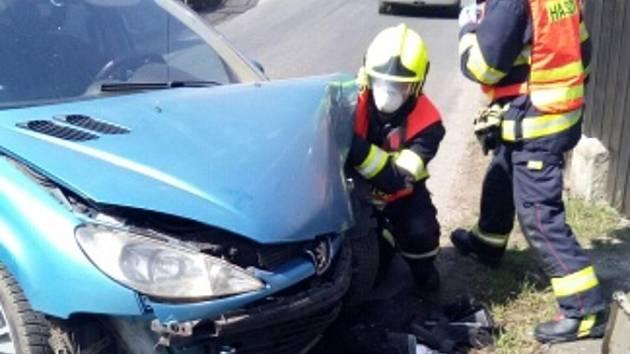 Ve Rvenicích narazilo auto do plotu. U nehody zasahovali hasiči