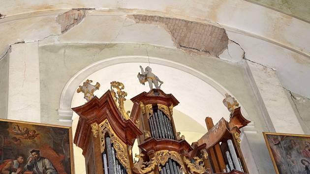 Ze stropu kostela se uvolnil kus omítky. Hrozí další pády.