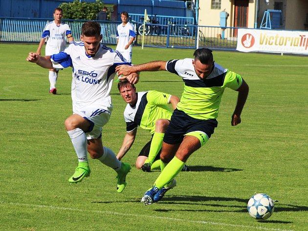 Lounští fotbalisté (v bílém) porazili Krupku v krajském přeboru 4:3.