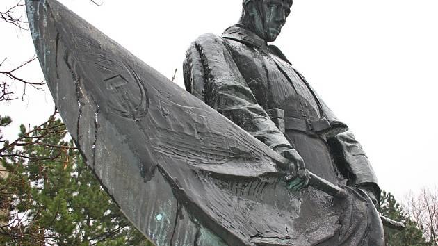 Socha je součástí pomníku na Suzdalském náměstí v Lounech