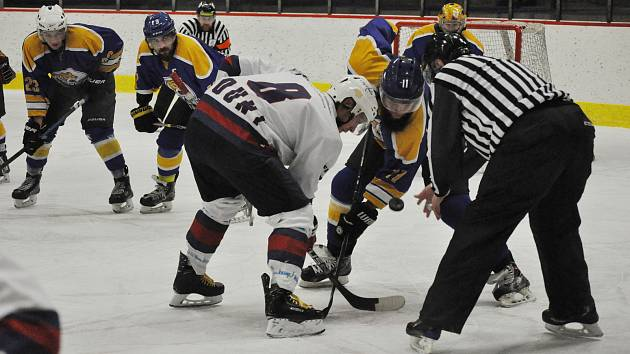 Lounský Slovan (v bílém) si výhrou nad druhým Kláštercem upevnil vedoucí pozici v tabulce.