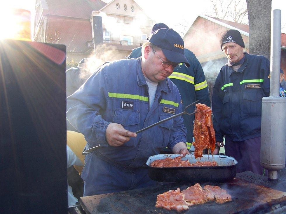 Josef Helus si vzal na starosti přípravu steaků.
