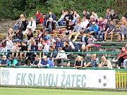Takhle se v Žatci fandí už roky: na lavičkách bez střechy. Když začne hodně pršet, milovníci fotbalu utíkají domů dřív. Archivní foto