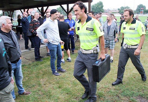 Policisté jdou dát dýchnout pomeznímu rozhodčímu na hřišti vDobroměřicích. Přístroj ukázal 1,03promile.