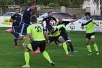 Fotbalisté Dobroměřic (v modrém) byli Krupce dlouho rovnocenným soupeřem, ale dva laciné góly je dalších bojů vyřadily.