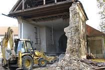 Odklízení trosek spadlé věže kostela v Lenešicích.