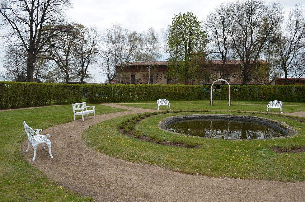 Francouzská zahrada u zámku v Krásném Dvoře.