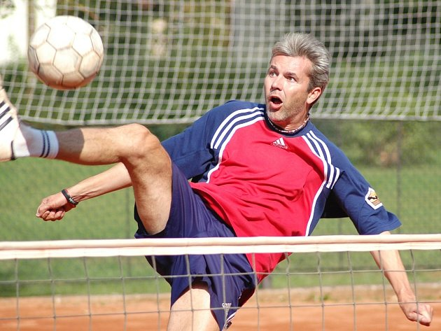 Karel Jančík smečuje při zápase s Čelákovicemi.