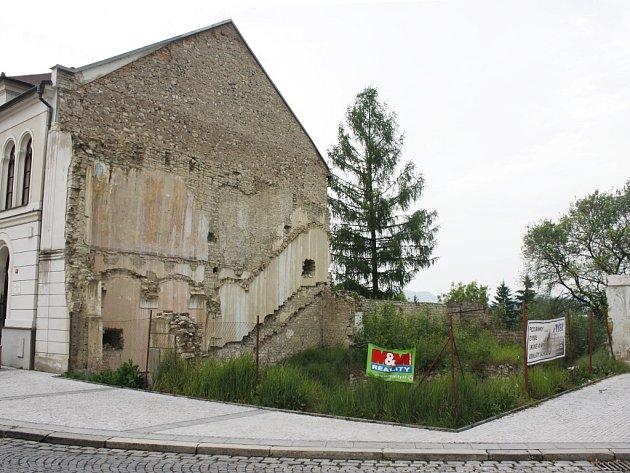 Místo po zbouraném domu v lounské Hilbertově ulici v květnu 2014. Už řadu let zarůstá vegetací