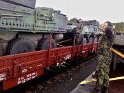 Vojáci nakládají techniku na železniční vagóny v Podbořanech před odjezdem na misi do Litvy.
