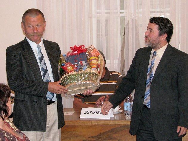 Jan Staněk (vlevo) přebírá dárkový koš od starosty Žatce Ericha Knoblaucha.