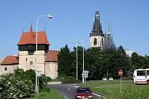 Suzdalské náměstí v Lounech s pohledem na Žateckou bránu a chrám sv. Mikuláše, dvě nejvýraznější dominanty města