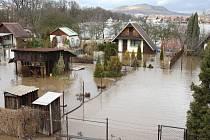 Zaplavená zahrádkářská kolonie v Lounech pod inundačním mostem ve směru na Dobroměřice. Archivní snímek