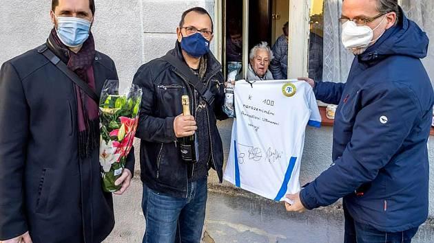Krajští zastupitelé Dominik Hanko (vlevo) a Zdeněk Kettner (vpravo) spolu s poslancem Jaroslavem Foldynou přinesli Arnoštu Ullmannovi podepsaný dres fotbalových Teplic.