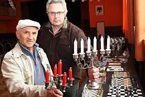 Josef Nejedlý (vlevo) a Libor Michalec se v Lubenci věnují cínařství