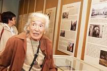 Téměř devadesátiletá Eva Roubíčková na vernisáži vzpomíná na své mládí.