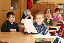 Petra Jelínková (vpředu) a další děti ze Základní školy J. A. Komenského v Lounech dostávají svá polololetní vysvědčení, první ve svém životě, neboť v září nastoupili do první třídy.