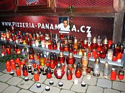 Svíčky před pizzérií.