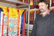 Michael Roubal si prohlíží expozici v Lounech.