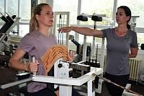 Alena Davidová v lounském Fitness studio Hofmannovi, na její trénink dohlíží trenérka Šárka Holá.