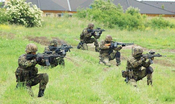 Ministr obrany Martin Stropnický na inspekci 4.brigády rychlého nasazení vŽatci