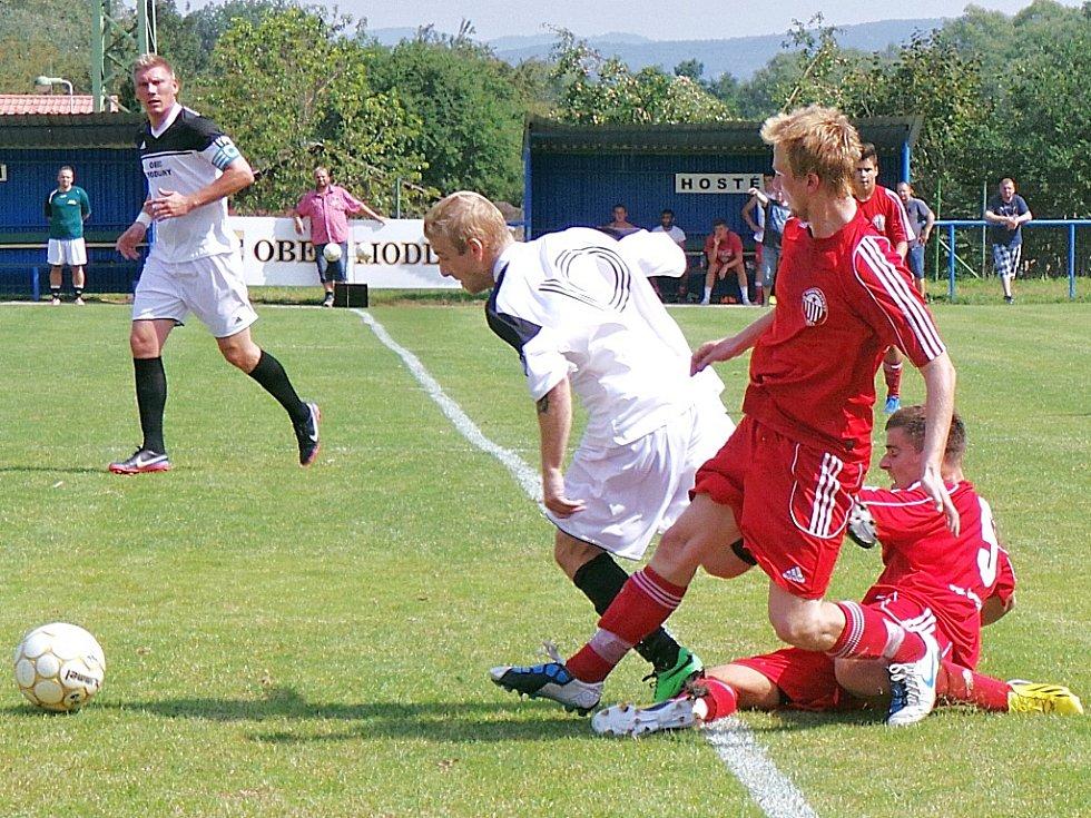 Fotbalisté Postoloprt (v červeném), nováčci krajského přeboru, překvapili výhrou 4:2 na půdě silných Modlan.