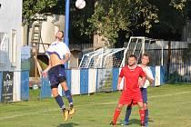 Fotbalisté Černčic (v bílém) překvapivě nestačili na Cítoliby. Ty daly obě branka z pokutových kopů.