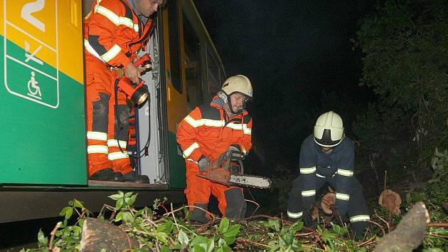Vlak Regionova narazil v noci u Domoušic do padlého stromu