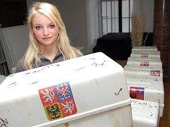 Dominika Novosadová připravuje volební urny na žatecké radnici