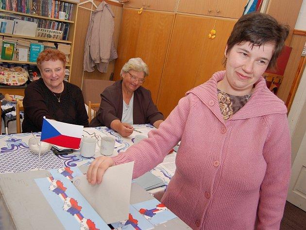 Stanislava Potančoková vhazuje lístek do urny při sobotních mimořádných volbách v Podbořanském Rohozci.