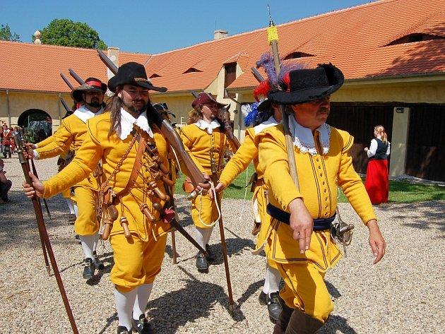 Vojáci rozloží na nádvoří hradu vojenské ležení. Nebudou chybět ukázky výcviku šermířů.